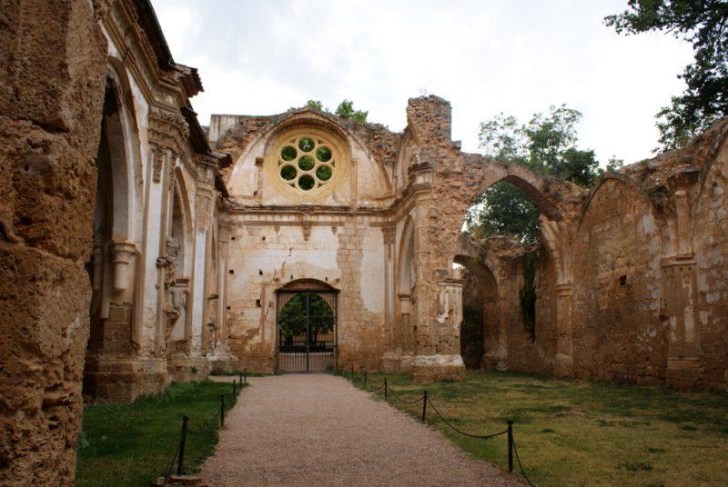 Foto de AdriPozuelo - Naves de la iglesia en ruinas del Monasterio de Piedra