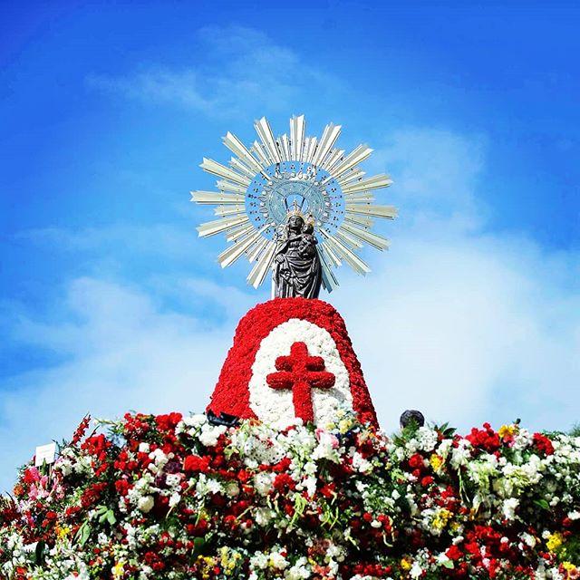 Pilares con buena ambiente - Foto de @ofrendavirgendelpilar - La Ofrenda de Flores a la Virgen del Pilar de Zaragoza es de los actos más multitudinarios de las Fiestas del Pilar