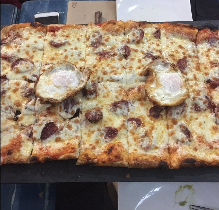 pizzerias de zaragoza - metropolis pídete la pizza de metro y empachate a gusto