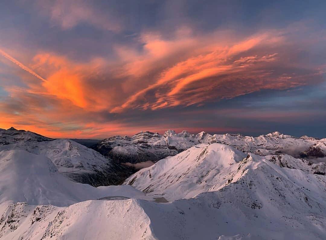 Amanecer en Astún con lsa montañas nevadas - baldito_