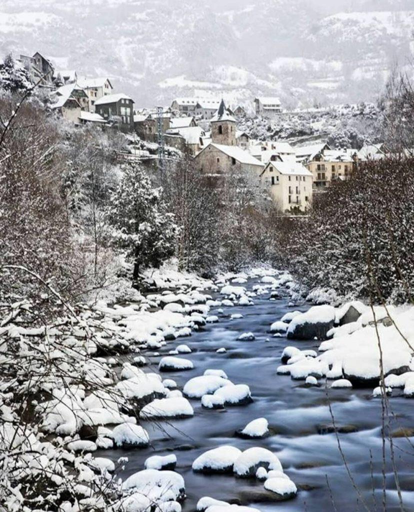 Fotaza de San Juan de Plan en Huesca que junta naturaleza con pueblo y con nieve -wavesaudiovisual