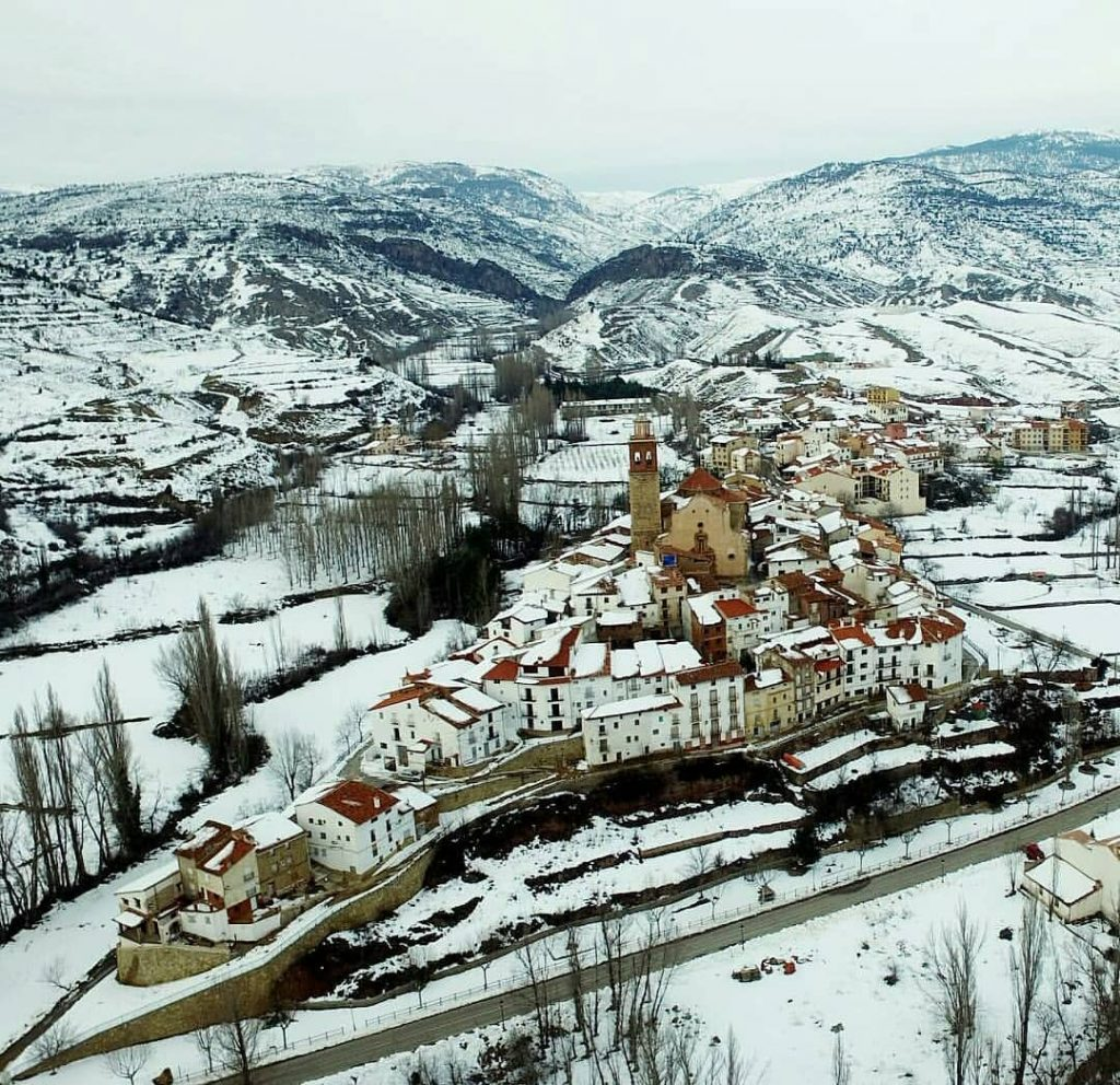 Las mejores fotos invernales de Aragón - Foto invernal de Arcos de las Salinas en Teruel - sobrevolandoes