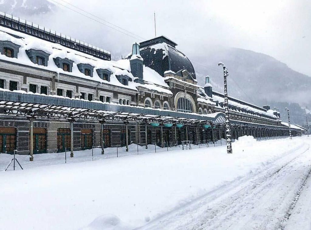Preciosa foto invernal de la estación de Canfranc en Huesca cubierta por la nieve - sahila_vidapirata