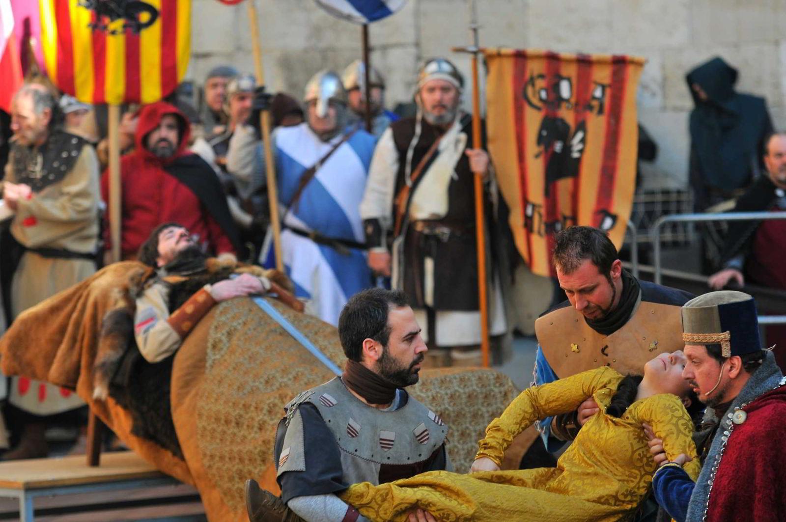 Foto de tradicionesyfiestas.com - Fueral de Diego de Marcilla donde Isabel de Segura cae muerta al besarle