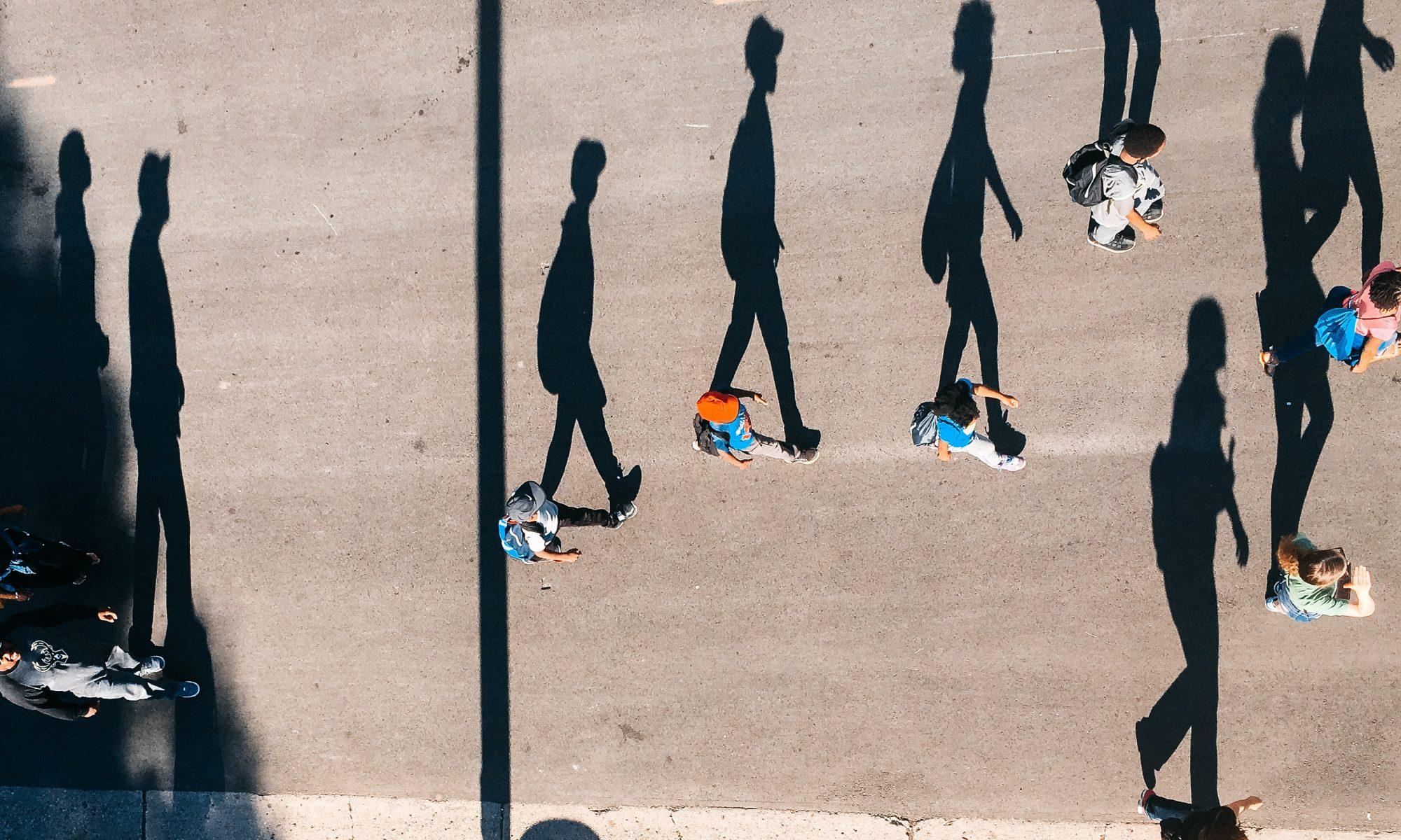 Siluetas de las sombras de los que están caminando por la calle