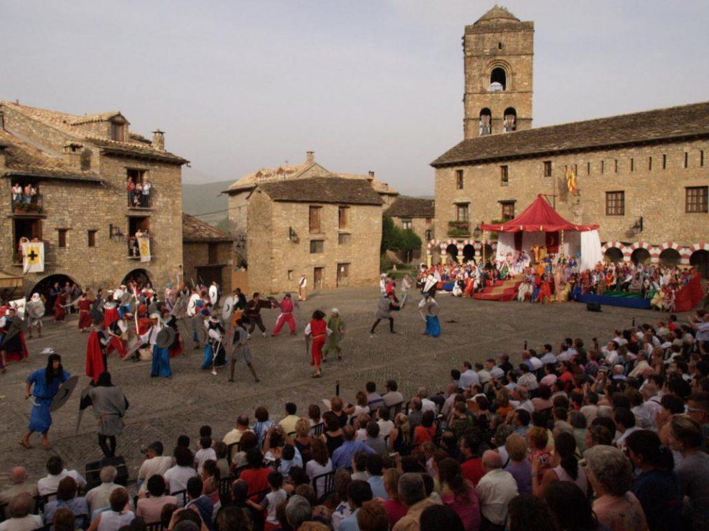 Fuente Los pueblos más bonitos de España. La celebració de La Morisma en la Aínsa medieval
