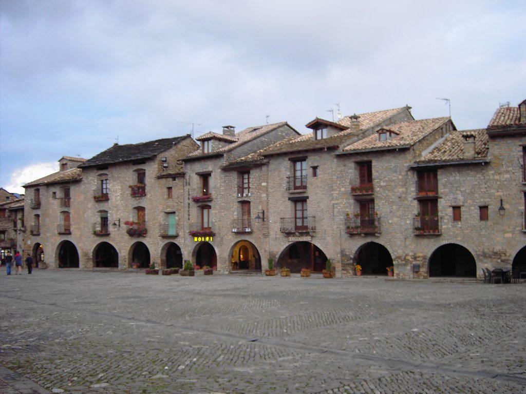 Fuente Wikipedia. La plaza mayor de la Aínsa medieval