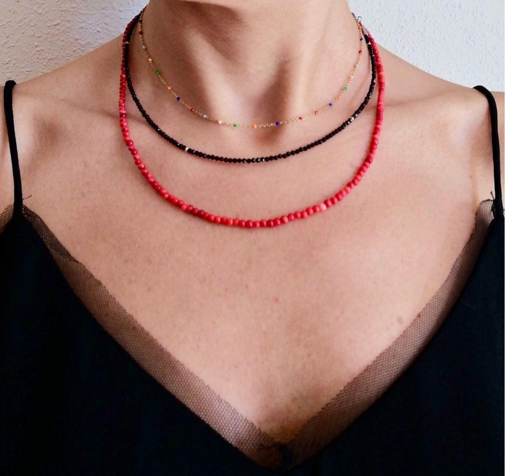 Fuente @Hekahandmade. Collares de piedras acero, ónix y coral rojo.