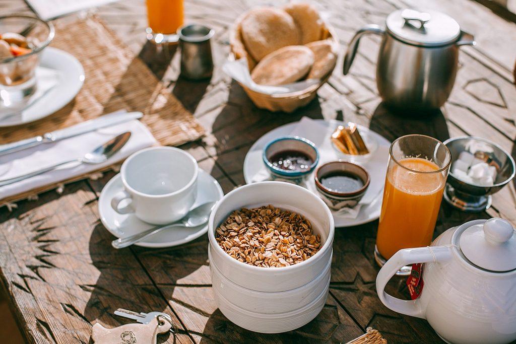 Un-desayuno-viendo-el-amanecer-a-todo-el-mundo-le-encanta-2048x1365